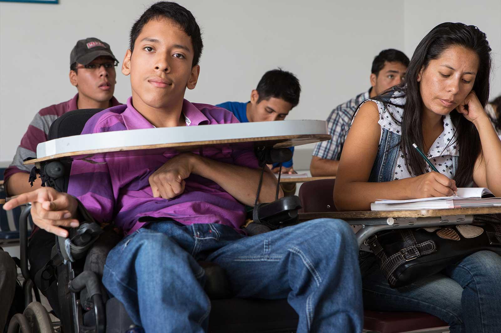 La inserción laboral culmina el proceso de la organización. Javier Soto tiene 21 años. Sufre parálisis cerebral desde que nació, pero eso no le ha impedido llegar a la universidad, donde hoy estudia Administración de Negocios Internacionales.