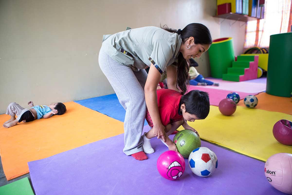 El centro brinda servicios de medicina y rehabilitación, terapia física, terapia ocupacional, psicología, trabajo social y otros talleres que mejoran las capacidades de las personas discapacitadas. Yancana Huasy realiza, asimismo, un trabajo preventivo para evitar el nacimiento de más niños con discapacidad.