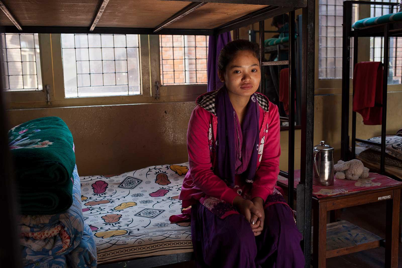 Phulsani fue vendida a los 11 años a un burdel de India. La rescataron en una redada y ahora trabaja en un salón de belleza de Katmandú.