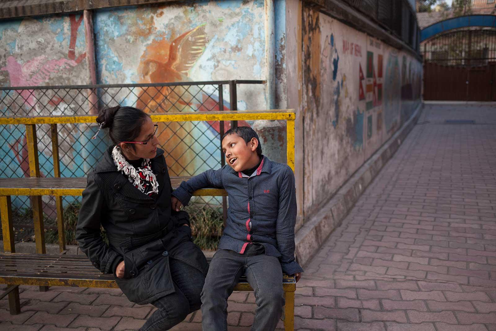 A Rhadika, víctima de trata a los 14 años, le extrajeron un riñón sin su consentimiento. Posteriormente, su marido la vendió a un burdel junto con su hijo y la forzaron a prostituirse. Consiguió ahorrar unas rupias y huir. Su marido y los traficantes fueron condenados.