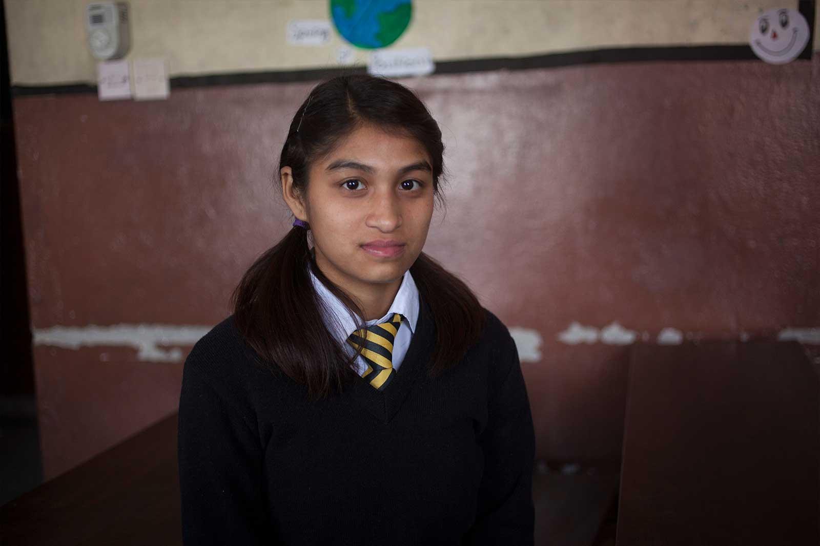 Neeta KC cayó en las redes de la trata con 14 años; fue esclava sexual y bailarina de cabina en un dance club, cobrando apenas 900 rupias (7,5 €) al mes. Su madre denunció su caso de desaparición y fue rescatada de un peep show.