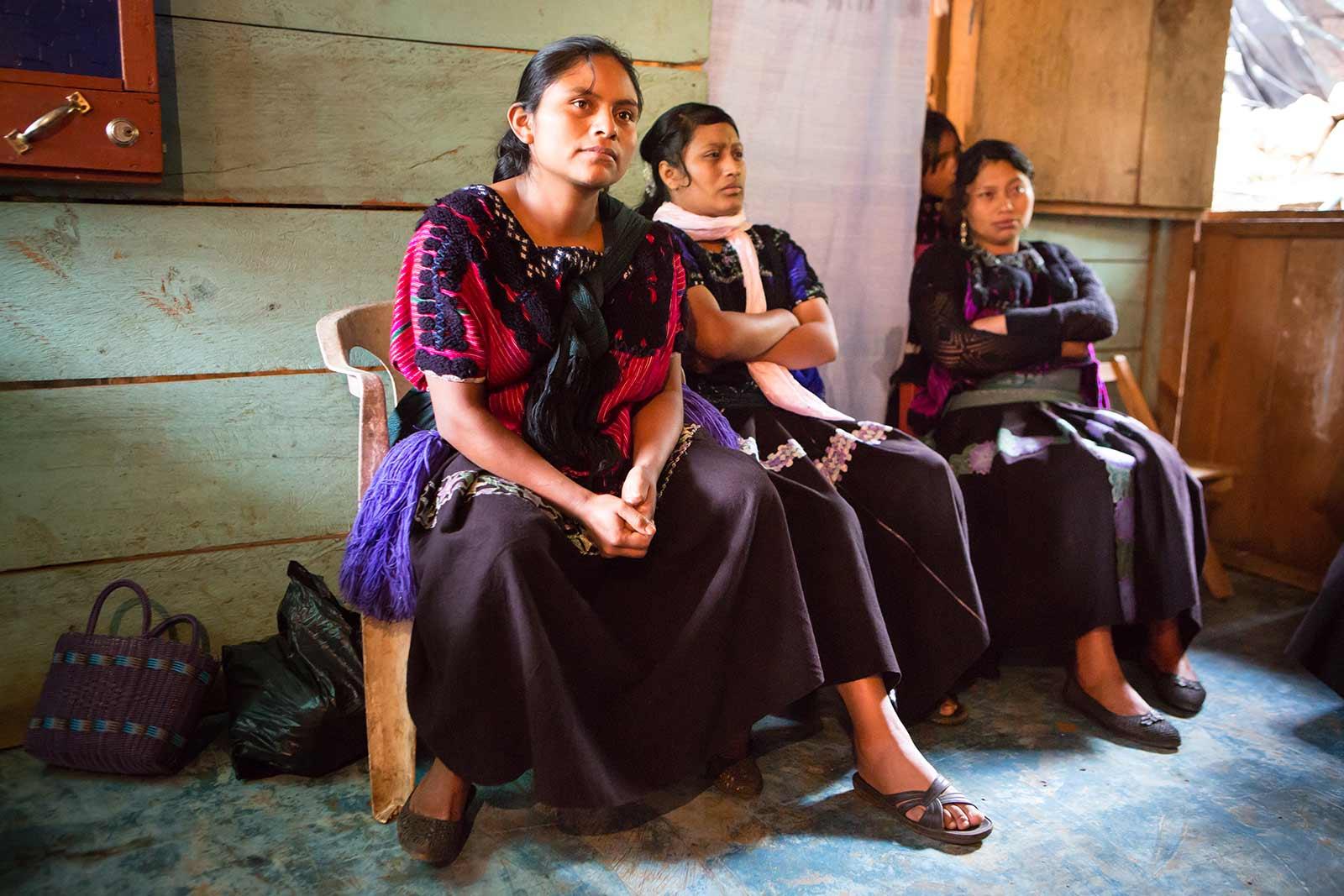 Las mujeres están aprendiendo a tejer para, juntas, vender sus productos al turismo y generar recursos que les garanticen una vida digna en su comunidad.