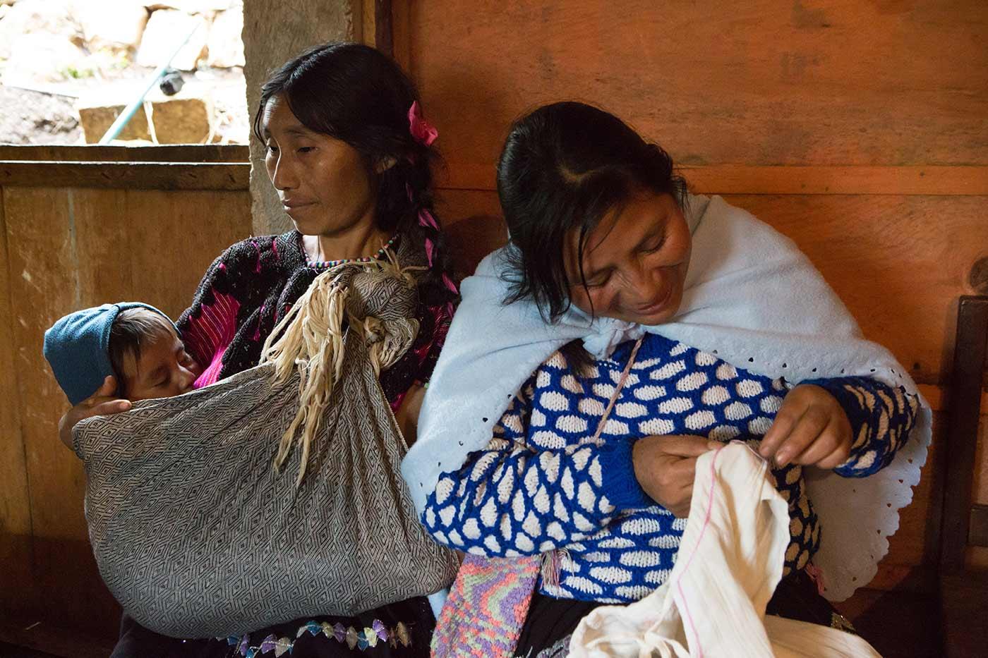 Un grupo de mujeres tsotsiles de La Tejería, México, ha creado la asociación de costureras Las Vegas para mejorar su economía y evitar que sus familiares tengan que emigrar a EE.UU. Ayuda en Acción, a través de su socio local Voces Mesoamericanas, ha apoyado este proyecto.