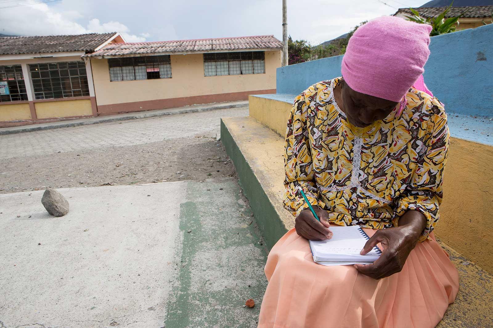 Entre 2011 y 2012, 20 voluntarias de la CONAMUNE realizaron una investigación para medir el nivel de violencia contra la mujer negra en las provincias de Carchi, Imbabura y Pichincha. Descubrieron, después de más de un millón de entrevistas en 47 comunidades, que 9 de cada 10 sufren violencia física, verbal, psicológica, económica, cultural, sexual o laboral.