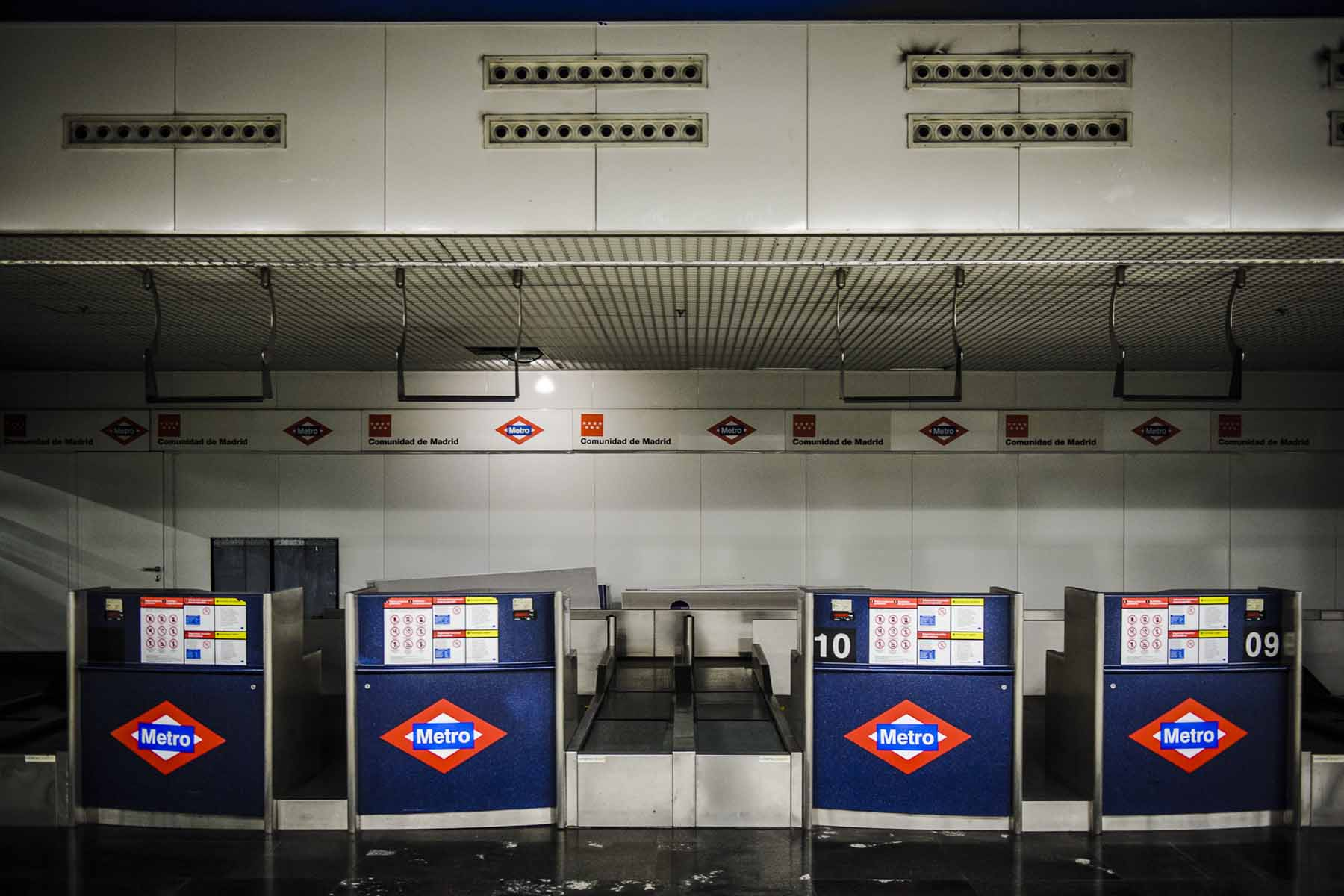 """Check-in Terminal at the Subway Station """"Nuevos Ministerios""""."""